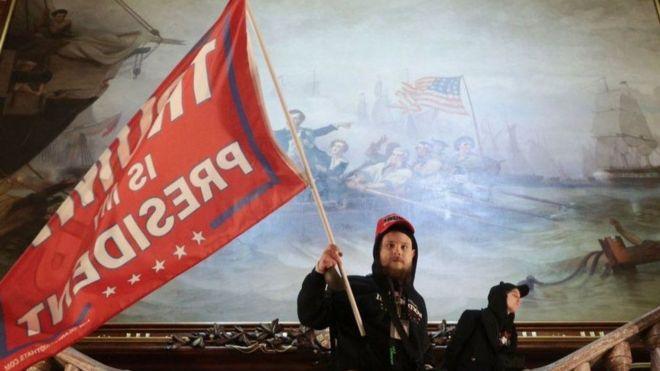Người ủng hộ TT Trump mang cờ 'Trump là tổng thống của tôi' trong Điện Capitol, trụ sở QH Mỹ hôm 06/01