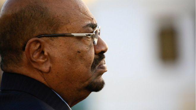 البشير يحل حكومة الوفاق الوطني في السودان