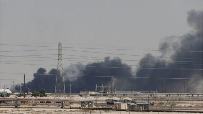 Дым виден на заводе компании Aramco в Абкайке