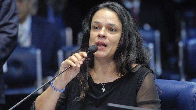 Janaina Paschoal fala no microfone durante julgamento do impeachment de Dilma Rousseff em 2016