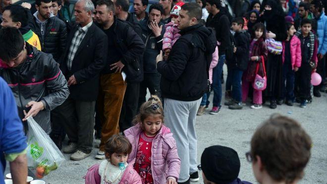 Неправительственные организации раздают еду мигрантам, прибывающим в Пирей возле Афин (24 февраля)