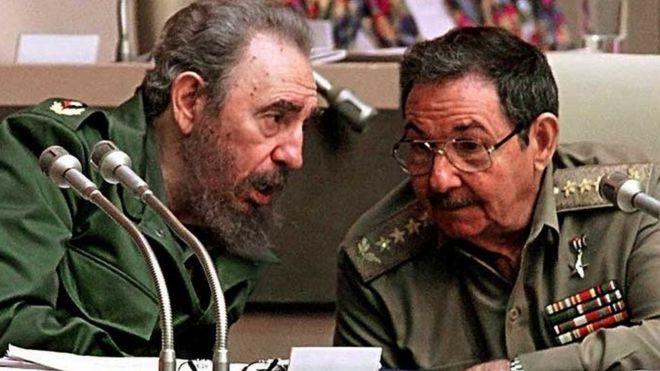 Fidel e Raul Castro em 1999