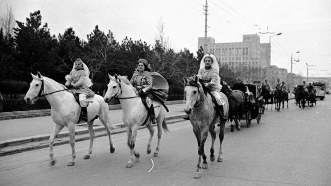 Novruz bayramı günü Bakı şəhərinin küçələrində atlılar dəstəsi (22 mart 1969)
