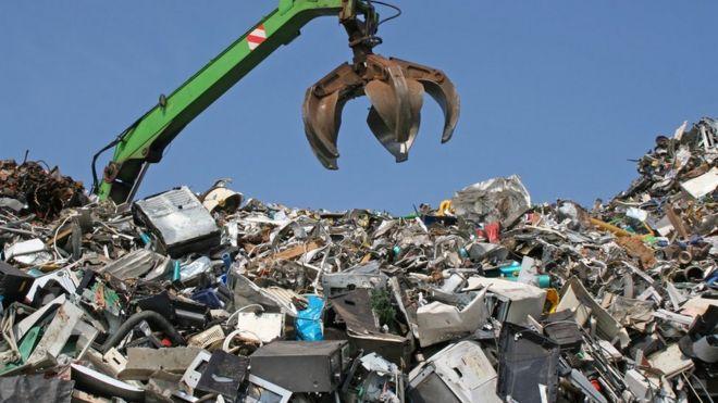 垃圾填埋場的吊車
