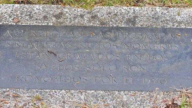 Placa en ladino de la sección para niños que nacieron muertos o murieron a las pocas horas del Cementerio Histórico Sefardí de Seattle, en Estados Unidos. Reza: