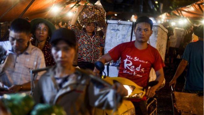 Các thương lái hoa quả tại chợ đầu mối ở Hà Nội