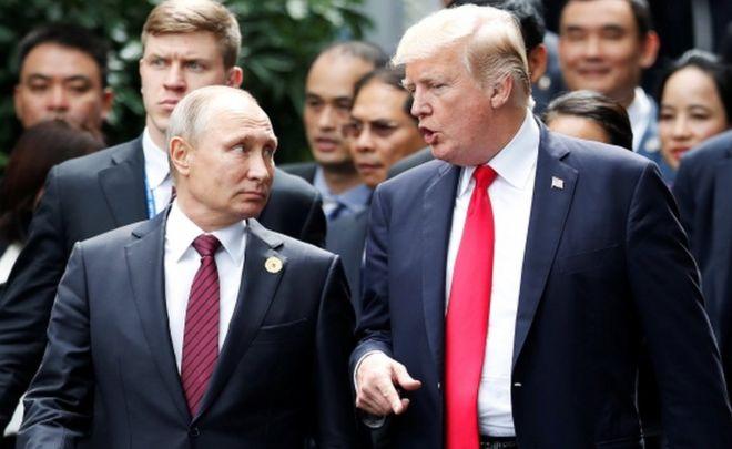 El presidente ruso, Vladímir Putin, camina junto a Trump en noviembre de 2017.
