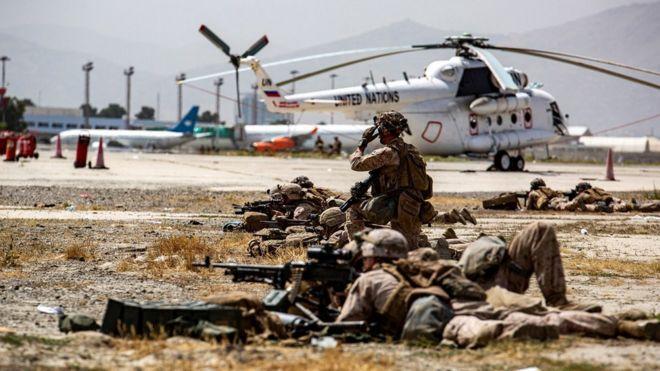 جنود أمريكيون يحرسون مطار كابل