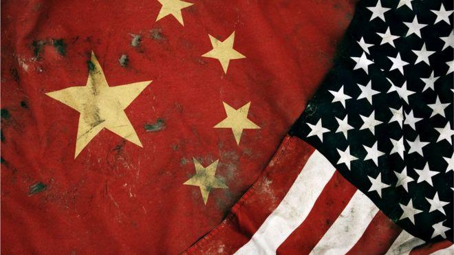 Bandeiras dos EUA e da China lado a lado