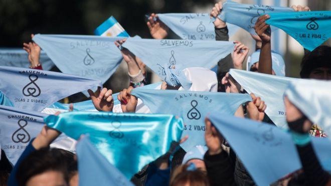 Синие шейные платки стали эмблемой кампании против абортов