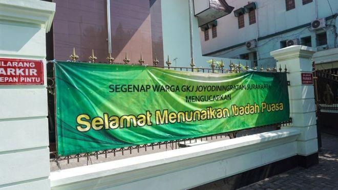 Spanduk yang terbentang di pagar Gereja Kristen Jawa (GKJ) Joyodiningratan, Solo, Jawa Tengah.