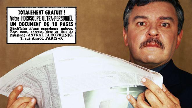 Homem surpreso com anúncio no jornal