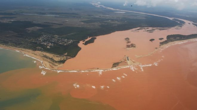 Rio Doce atingido pela lama e rejeitos de desastre ambiental em 2015