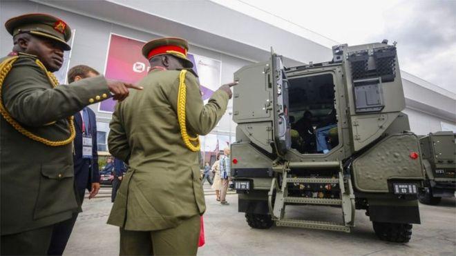 俄罗斯武器展上的外国人