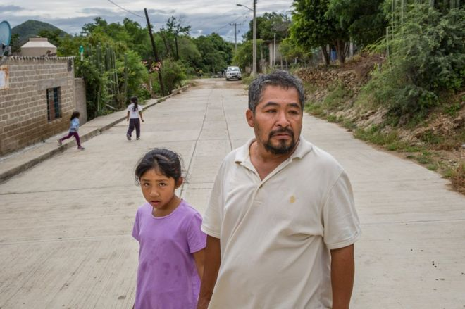 Jose Guadalupe Flores, de 45 anos, e sua filha Kimberly, de 10 anos, em Acatlán