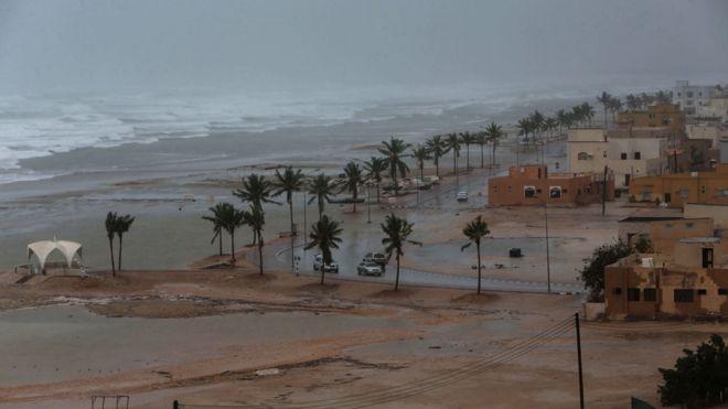 """إنقاذ 6 تونسيين من إعصار """"مكونو"""" الذي ضرب سلطنة عمان"""