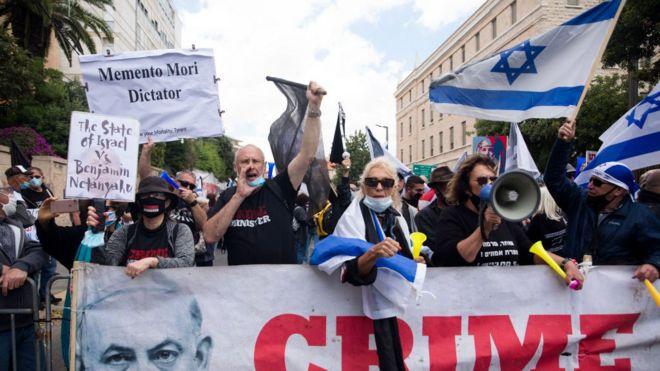 متظاهرون ضد رئيس الوزراء الإسرائيلي بنيامين نتنياهو