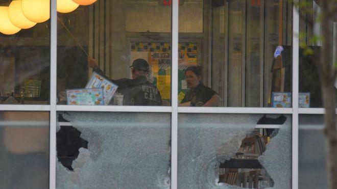 Polisi memeriksa tempat penembakan yang menewaskan empat orang di Nashville.