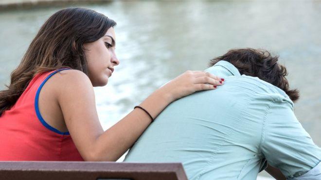 Una joven consuela a su compañero.