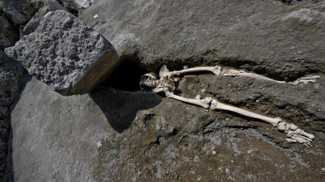 Esqueleto de homem esmagado por pedra em Pompeia
