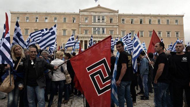 Yunanistan'da aşırı sağcıların düzenlediği bir eylemde Altın Şafak partisinin bayrağı görülüyor