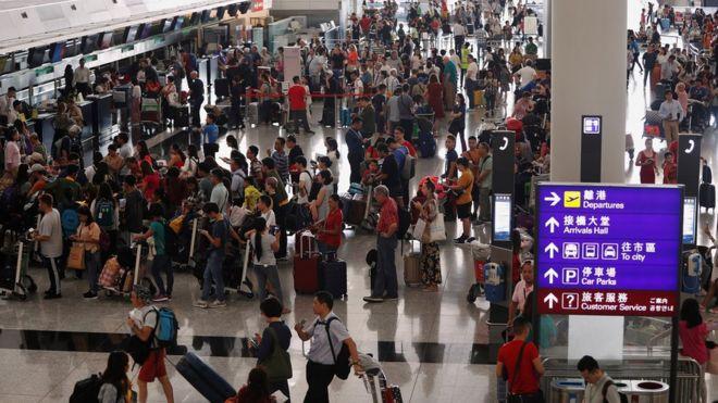 香港國際機場一號客運大樓離港大堂內大批旅客排隊等候值機(13/8/2019)
