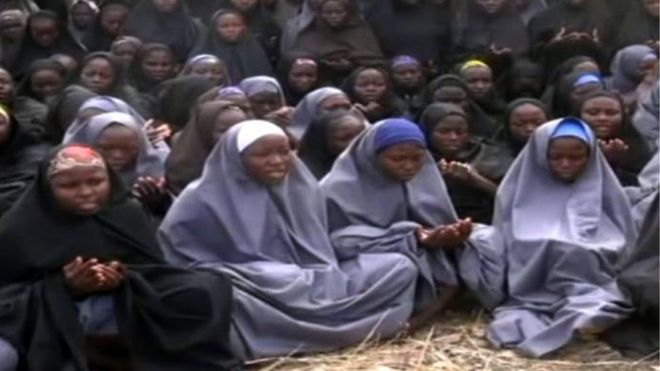 Eine am 12. Mai 2014 aufgenommene Screengrab aus einem Video der nigerianischen islamistischen Extremistengruppe Boko Haram, das AFP anfertigte, zeigt Mädchen, die den abendfüllenden Hijab tragen und in einer unbekannten ländlichen Gegend beten.