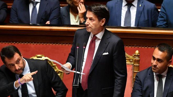 Le Premier ministre italien Giuseppe Conte (C) est accompagné des vice-premiers ministres Matteo Salvini (à gauche) et Luigi Di Maio.