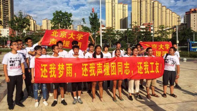 沈梦雨失联后,声援团在深圳惠州交界的龙广城广场举行抗议活动