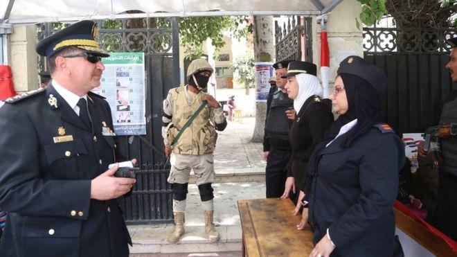 أفراد أمن من الشرطة والجيش أمام إحدى اللجان