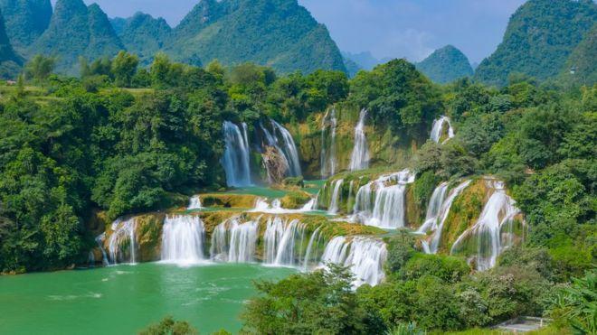 Cachoeiras e floresta sob dia ensolarado na China
