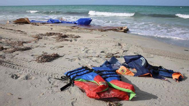 Спасательные жилеты вымыли на пляже после того, как 21 сентября 2017 года десятки мигрантов утонули в результате кораблекрушения у побережья Ливии