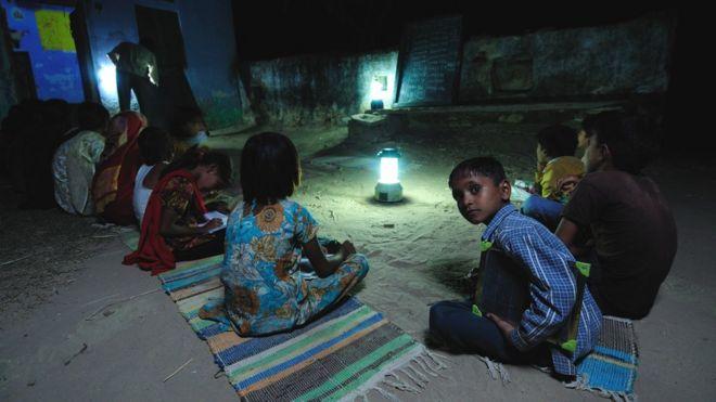 Nens que estudien per llum solar en una escola nocturna a Ajmer, Rajasthan