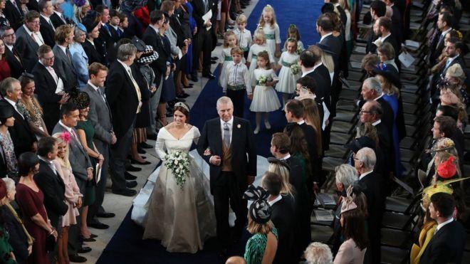 الأميرة أوجيني تسير في ممر كنيسة القديس جورج مع والدها ، دوق يورك