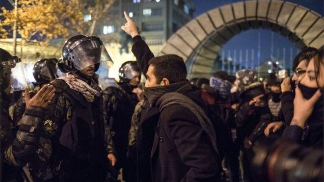 Iranian protester confronts policeman in Tehran (11/01/20)