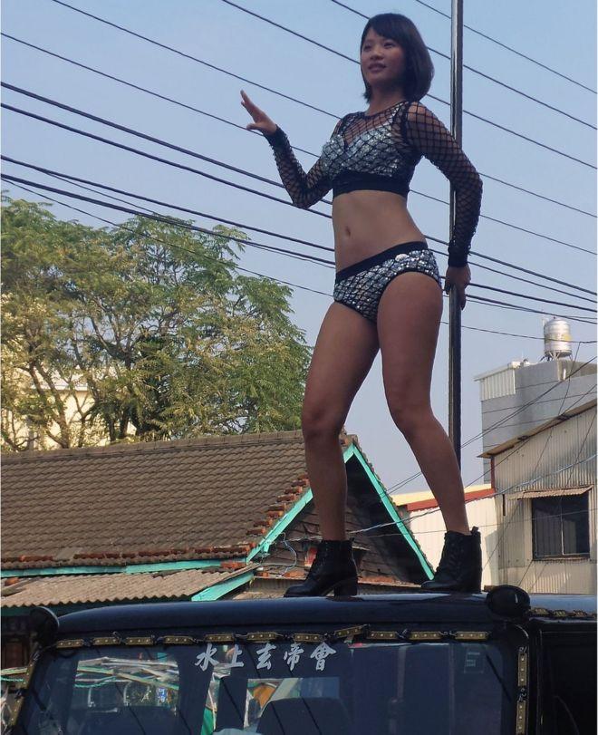 En algunos funerales, las bailarinas se suben al techo de un todoterreno para hacer su actuación.