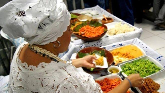 baiana preparando acarajé