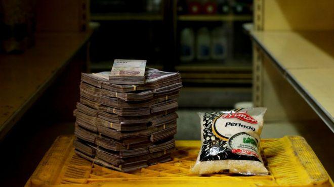 Kilo de arroz junto a bolívares.