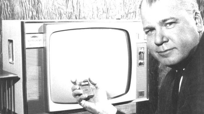 20 марта 1960 года, Денвер, США. Вице-президент компании Admiral демонстрирует телевизионный приемник с пультом дистанционного управления San-R