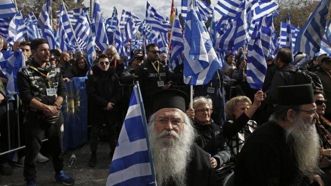 Сотни людей машут флагами