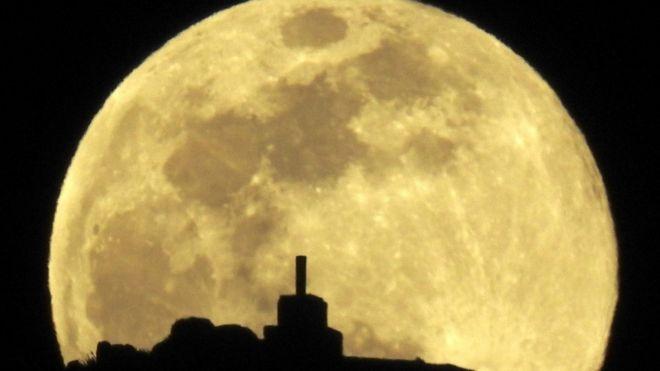 Luna llena vista en Santiago de Compostela, España