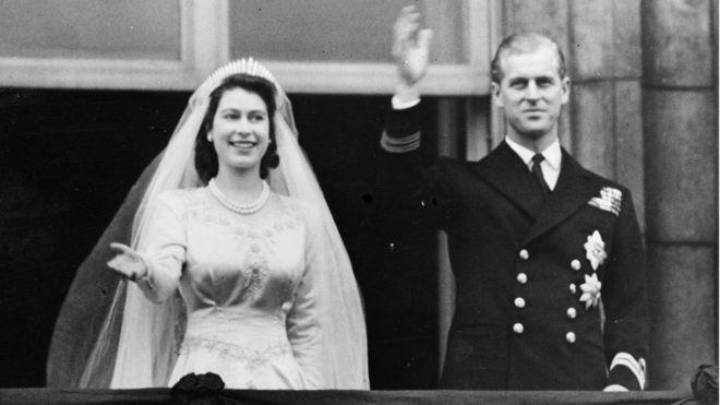 Công chúa Elizabeth và Hoàng tử Philip, Công tước xứ Edinburgh vẫy chào đám đông từ ban công Cung điện Buckingham, London trong ngày cưới 20/11/1947