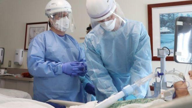 Médicos intubando paciente de covid-19 nos EUA