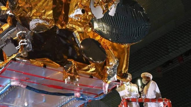 Cientistas trabalham em satélite
