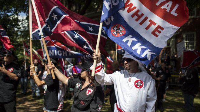 پلیس ضد شورش در شارلتوزویل ویرجینیا هواداران کولکلس کلان را از ابتدا تا انتهای راهپیماییشان همراهی کرد.