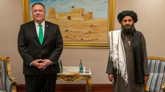 El entonces secretario de Estado, Mike Pompeo, y Abdul Ghani Baradar se reunieron en septiembre de 2020 en Doha.