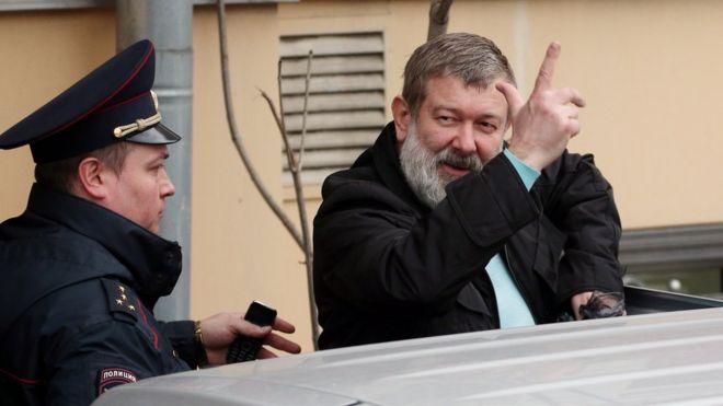 Вячеслав Мальцев в сопровождении сотрудника полиции
