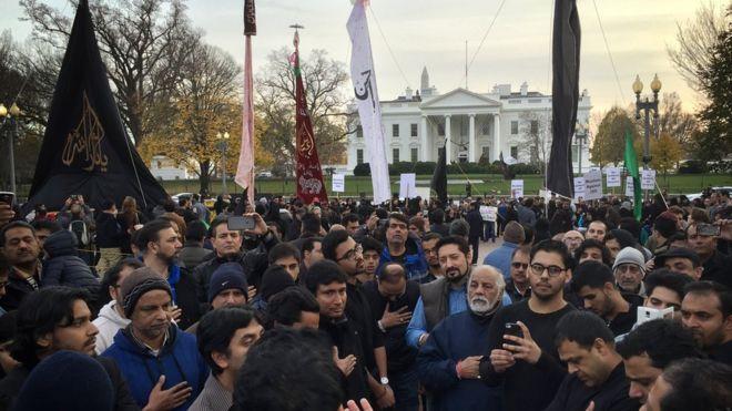 Мусульмане-шииты протестуют против ИГИЛ и использования терроризма во имя ислама во время религиозного шествия мусульман-шиитов США на площади Лафайет возле Белого дома в Вашингтоне, округ Колумбия, 6 декабря 2015 г.