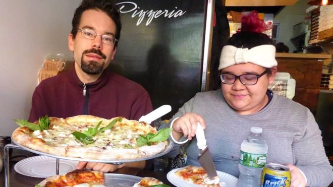 Tobi Vollebregt and Christa Lei Montesines Sonido share a pizza