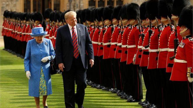 Nữ Hoàng Elizabeth Đệ nhị và Tổng thống Donald Trump duyệt hàng binh danh dự tại Lâu đài Windsor, phía Tây London, chiều thứ Sáu 13/7.
